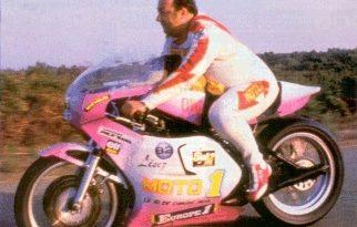 coluche sur sa moto du record du monde
