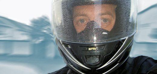 plateau moto sous la pluie