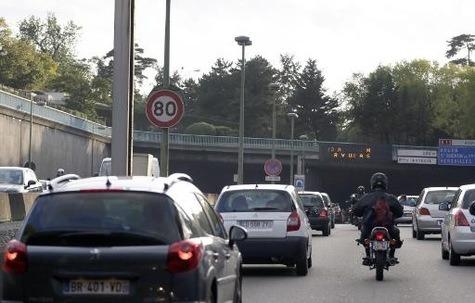 Remonter le circulation en file : une pratique désormais légale ?